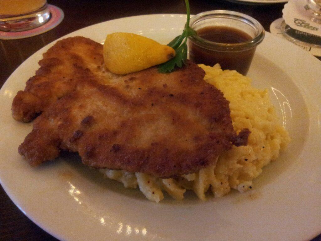 Bild vom Schnitzel mit Kässpätzle im Schlachthof Stuttgart