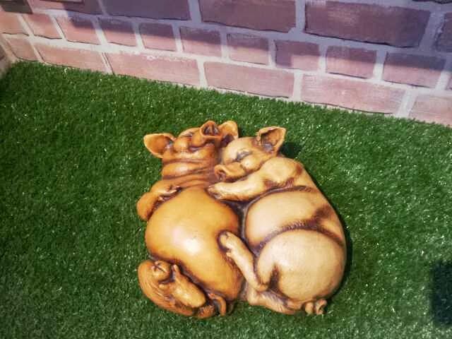 zwei kuschelnde Schweine im Schweinemuseum